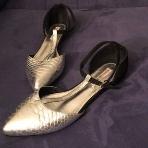 Hurricane Manor AMAZING Silver and black flats- 8